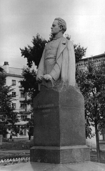 Памятник Володе гимназисту (1)