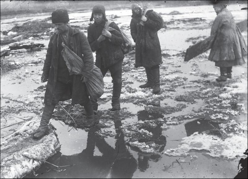 Раскулаченные крестьяне, с. Удачное, Донецкая область. Фото: 1930-е годы