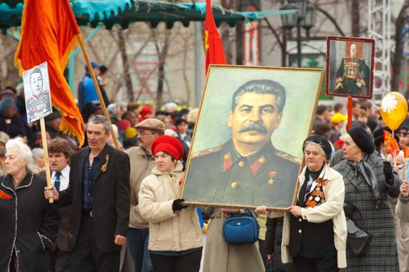 Кто-то несет портреты своих предков, а для кого-то Сталин все еще отец родной