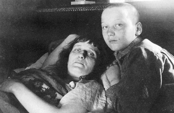 Ахматова с сыном. Фото 1926 г.