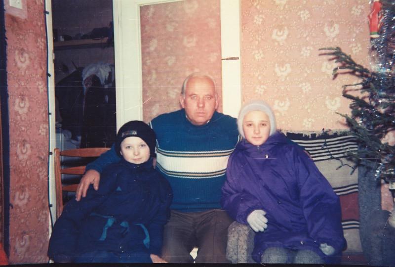 Папа с внуками, Романом и Оксаной. Дома, Киев, Тростянецкая, 5А.  1990е.