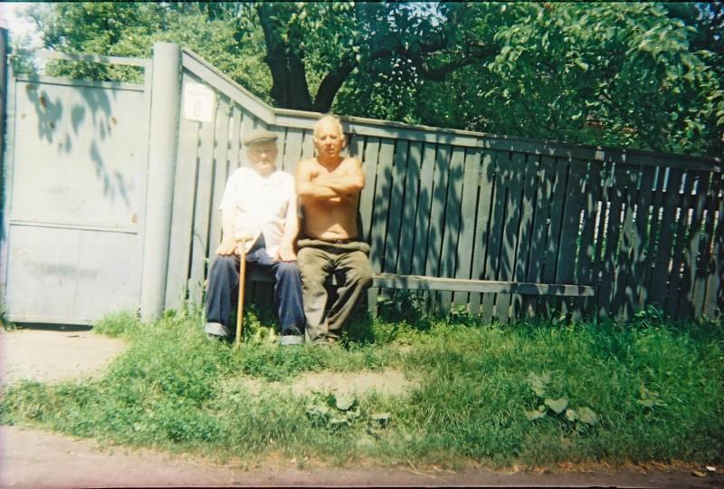 Папа на даче. C cоседом.  Новосёлки, Киевской области, Кагарлыкский район, 1990е.