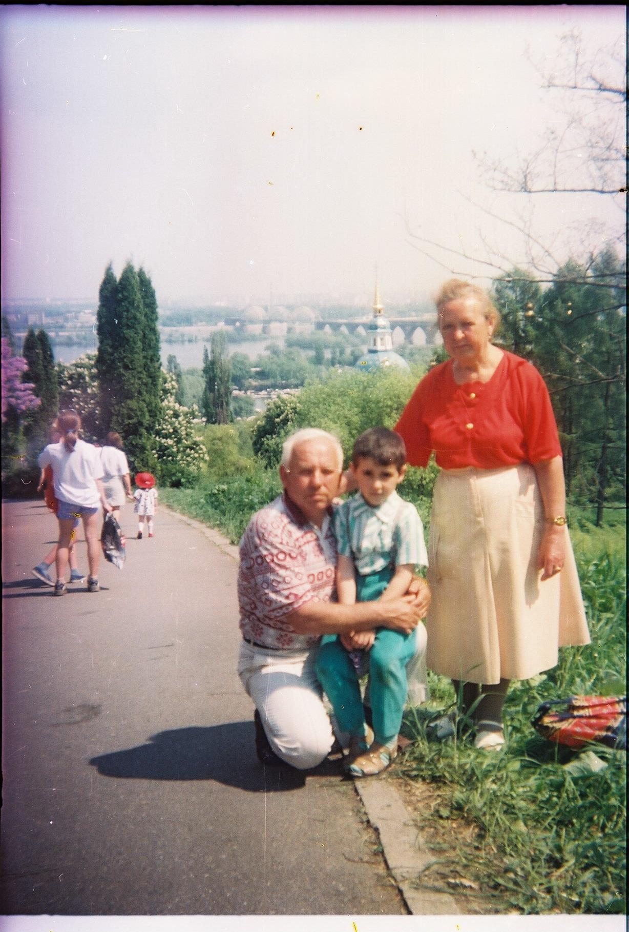 Папа с мамой и внуком (Стасом) Ботанический сад, Киев, 1990е.