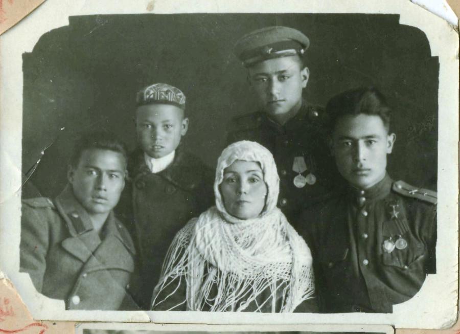 семейное фото с мамой саодат