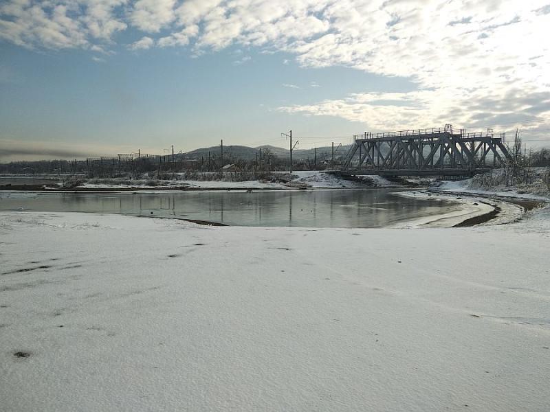 Устье р. Пионерской ещё не замёрзло. Хотя здесь глубина по колено. А вот снег уже просто корка.