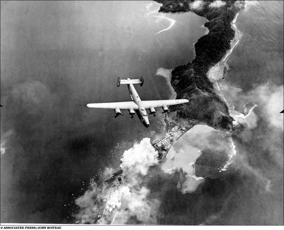 Американская авиация бомбит Саламау, Новая Гвинея