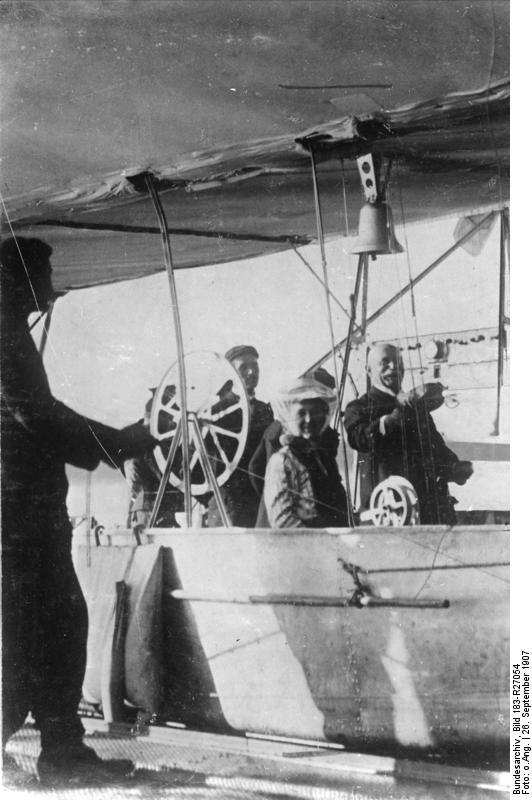 Bundesarchiv_Bild_183-R27054,_Graf_Zeppelin_mit_Tochter_im_Luftschiff_LZ_3