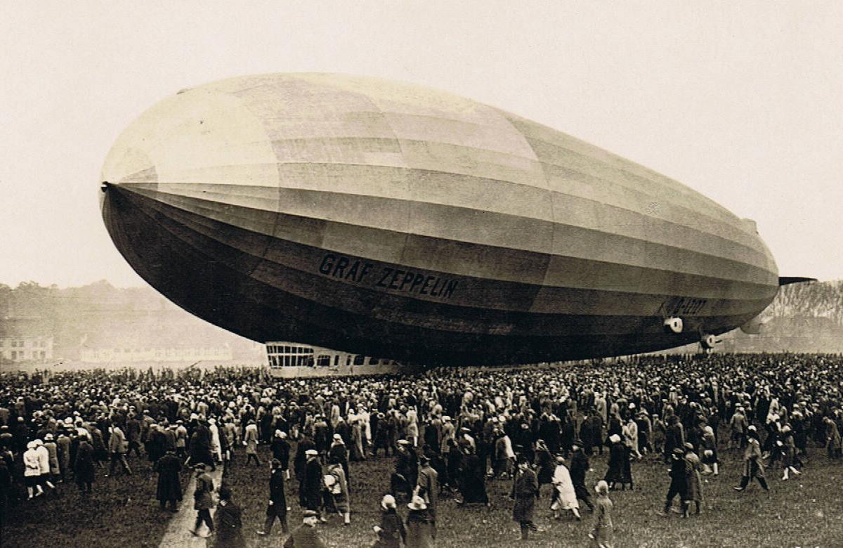 Graf-Zeppelin-draws-a-crowd