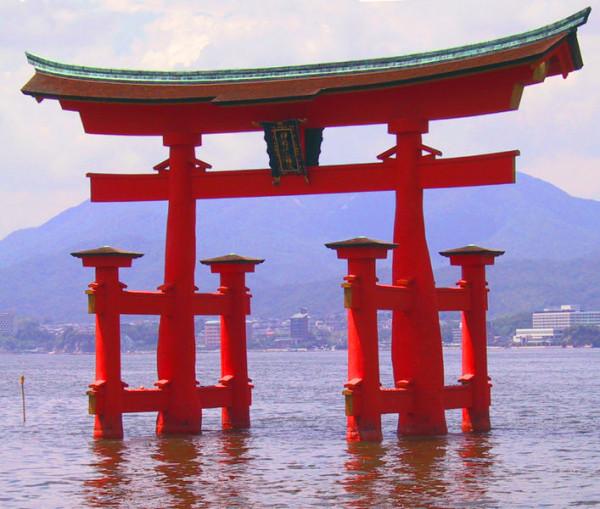 707px-Itsukushima_torii_angle
