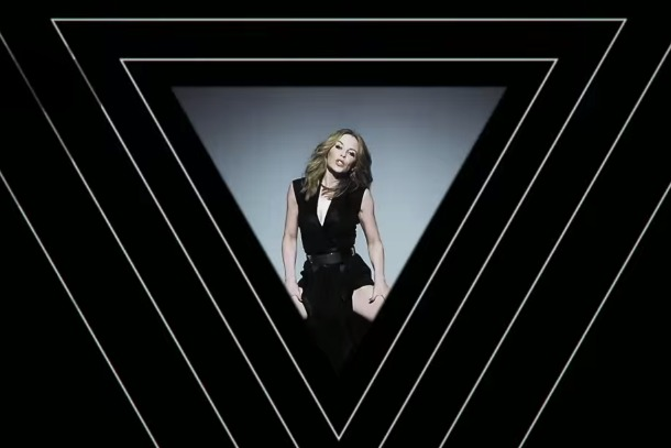IlluminatiWatcherDotCom-Kylie-Minogue-Triangle-inverted-2