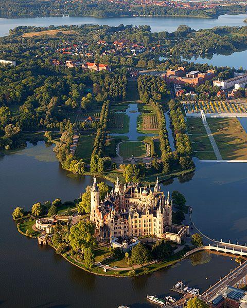 480px-Schwerin_Castle_Aerial_View_Island_Luftbild_Schweriner_Schloss_Insel_See