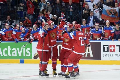 Игроки сборной России празднуют забитый гол
