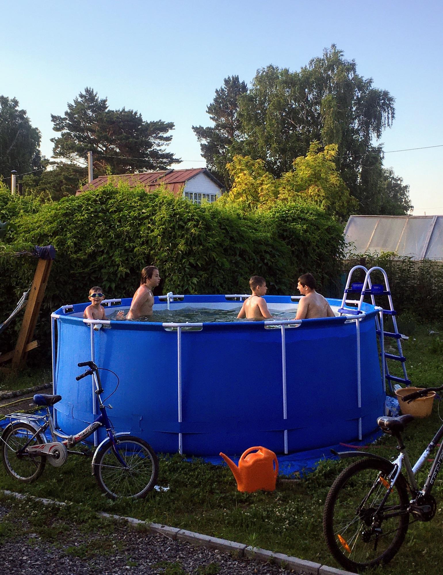 А фоточка из вчера. Когда была жара-жарища! И я этих четырёх братцев-рыб часа три из бассейна выгнать не могла!