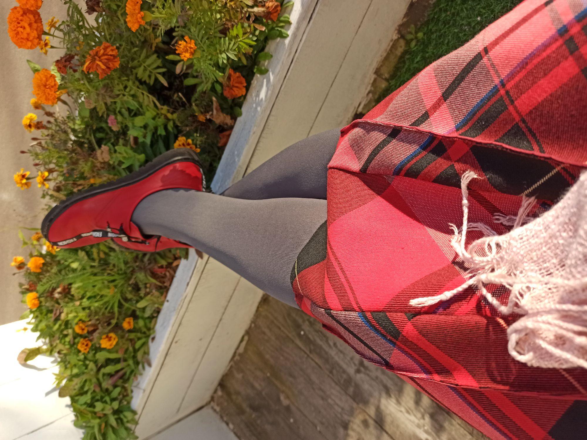 На фоне осени снимается обувка