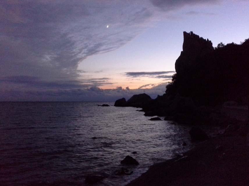 вечер с месяцем в облаках