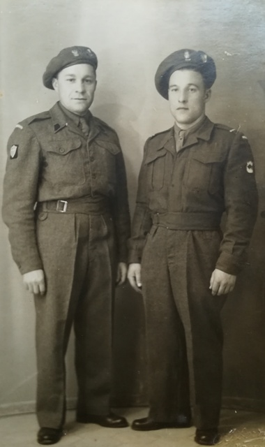Жазнер 5-й крэсавай дывізіі Аляксандр Акуліч (з правага боку)