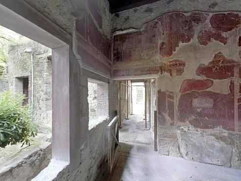 Дом с обугленной мебелью