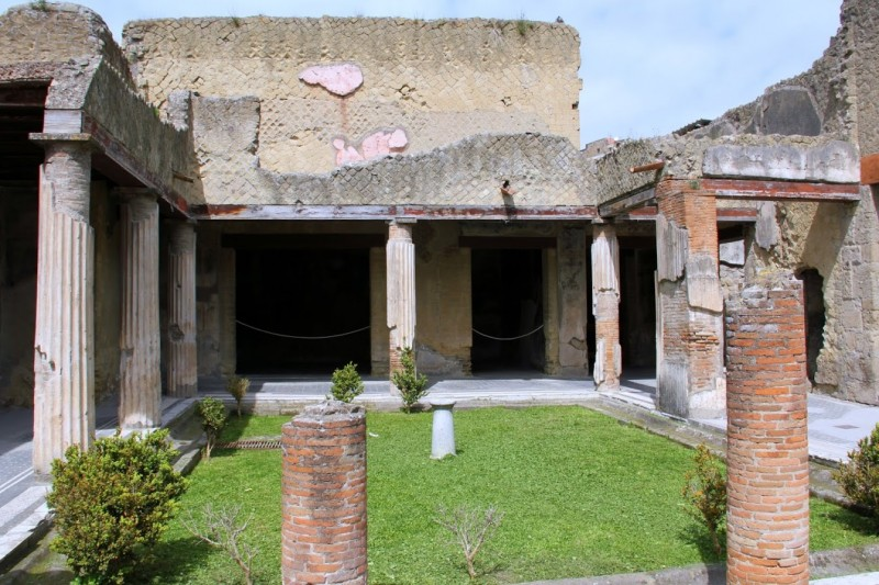 Дом с большим входом