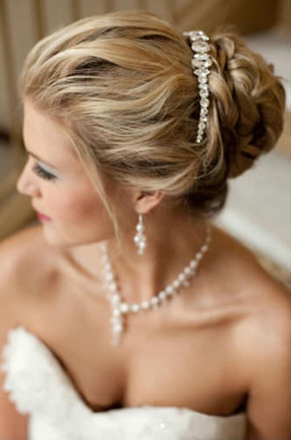 Прическа на свадьбу при открытых плечах