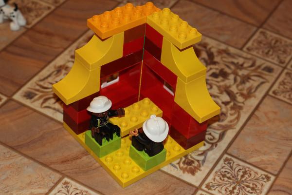 Леша упорно строил из кубиков