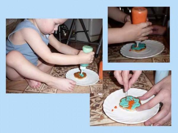 Алекс украшает печенье