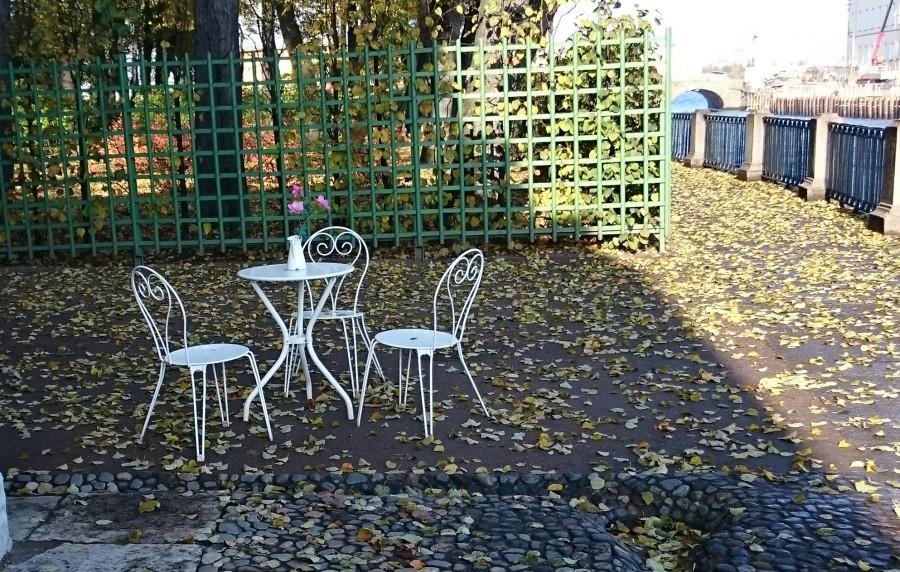 столик в летнем саду