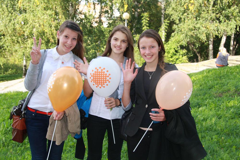 оранжевые, желтые, белые шары были в руках у каждого