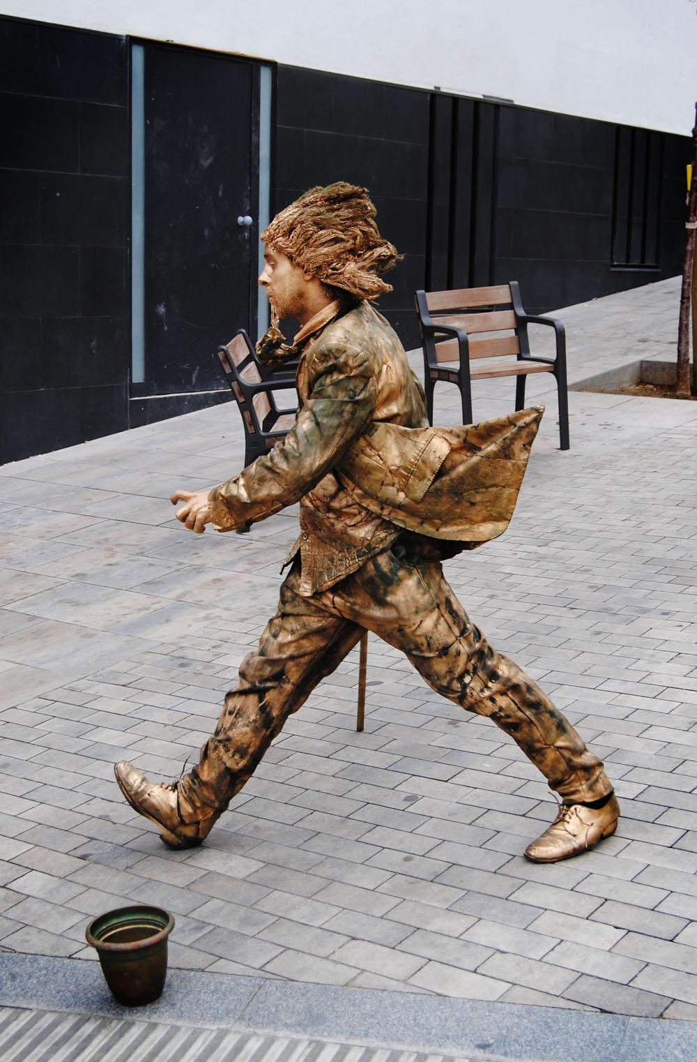 живая скульптура, неподалеку от Парка Гуэль