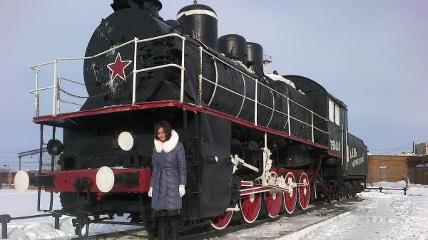 паровоз у железнодорожного вокзала