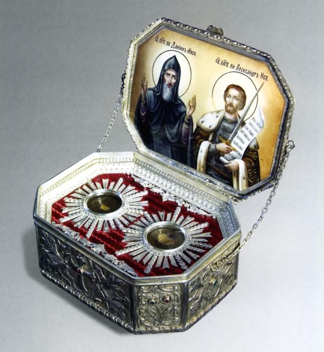 Ковчег с мощами святых благоверных князей Александра Невского и Даниила Московского