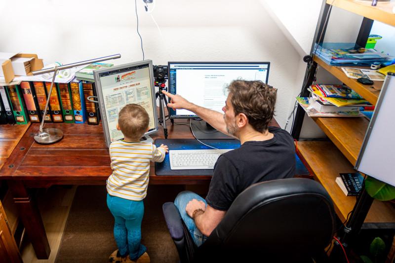 corona-mit-kind-im-home-office.arbeiten