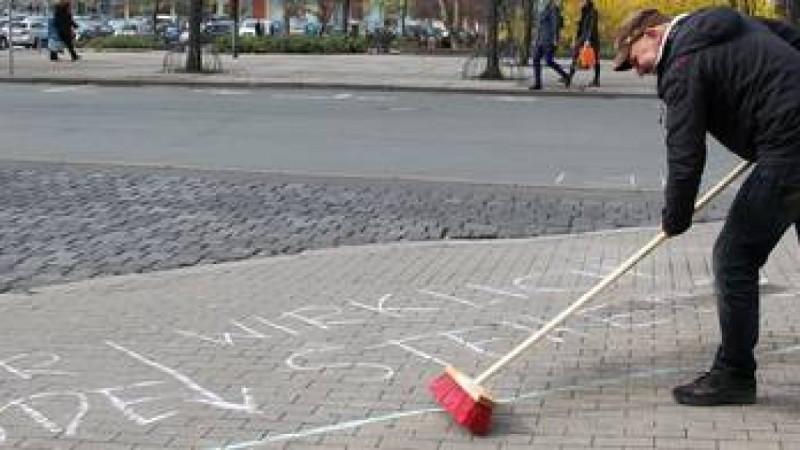 Frank-Mechold-von-der-Buergerinitiative-Mein-Eichplatz-muss-die-mit-Strassenkreide-aufgemalten-Gebaeudekanten-wieder-entfernen