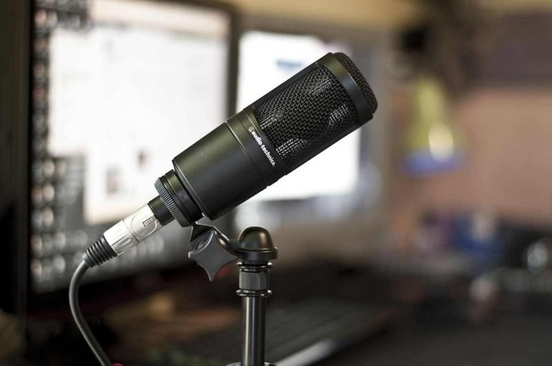 Вокальный конденсаторный микрофон Audio-Technika AT-2020;