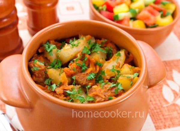 Картошка с мясом и капустой в горшочках