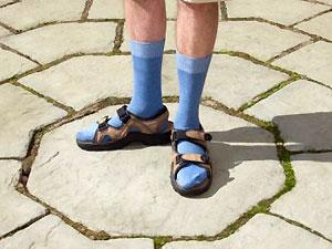 Ноги в носках на лице у мужика