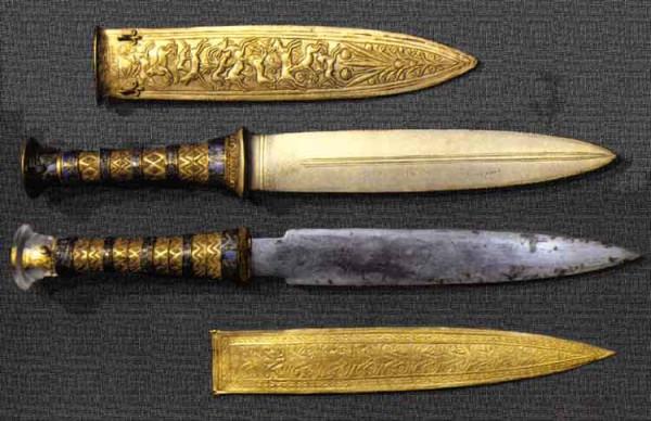tutankhamun's bronze and iron knives 1.jpg