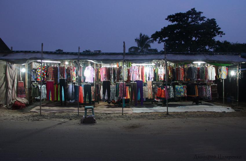 палатки торговцев ночью