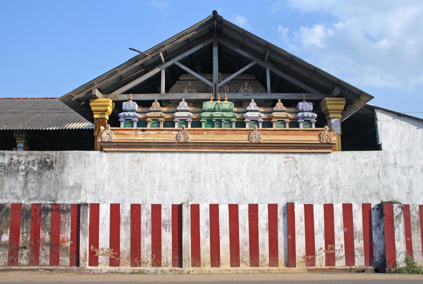 Храм и полосатый забор мал