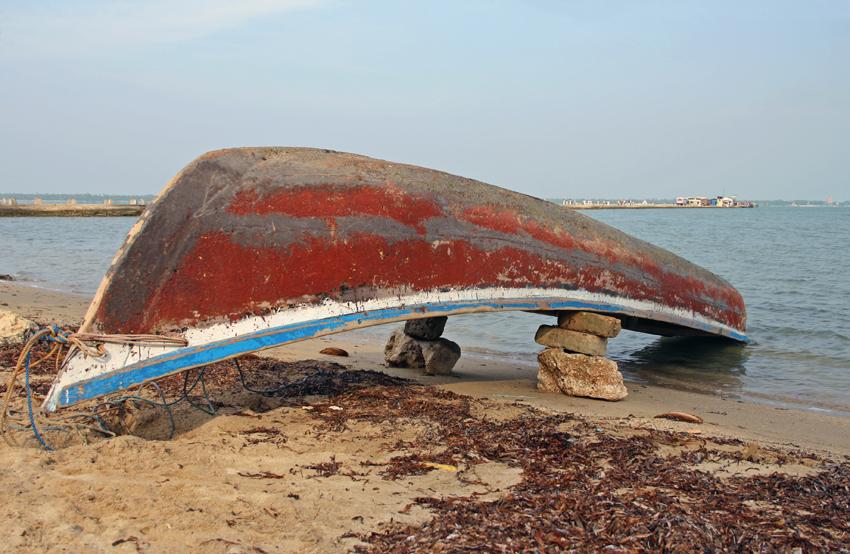 лодка на камнях мал