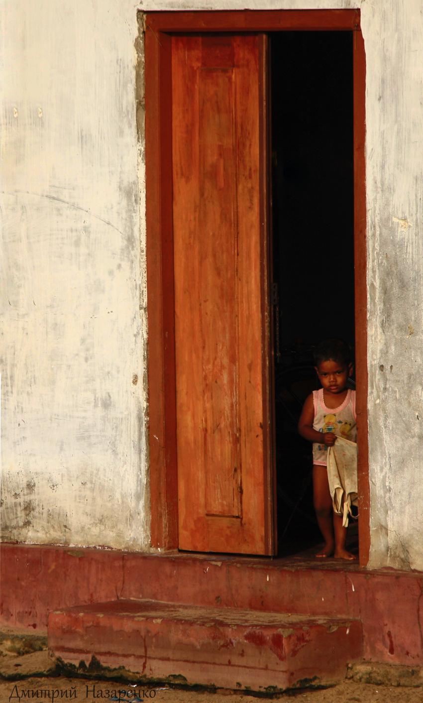 ребёнок в дверях