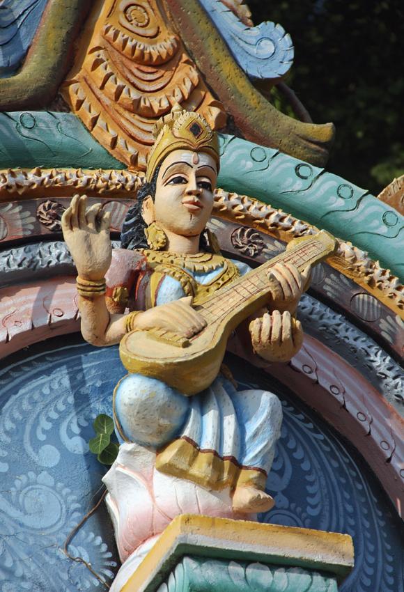 богиня играет на ситаре Муллайтиву мал