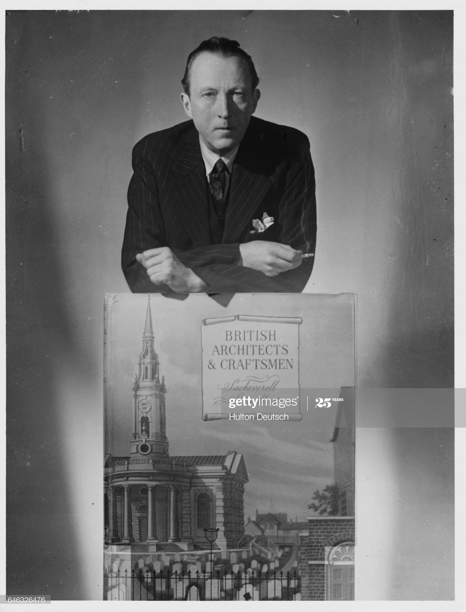Сачеверелл Ситуэлл с рекламным плакатом его книги «Британские архитекторы и ремесленники».