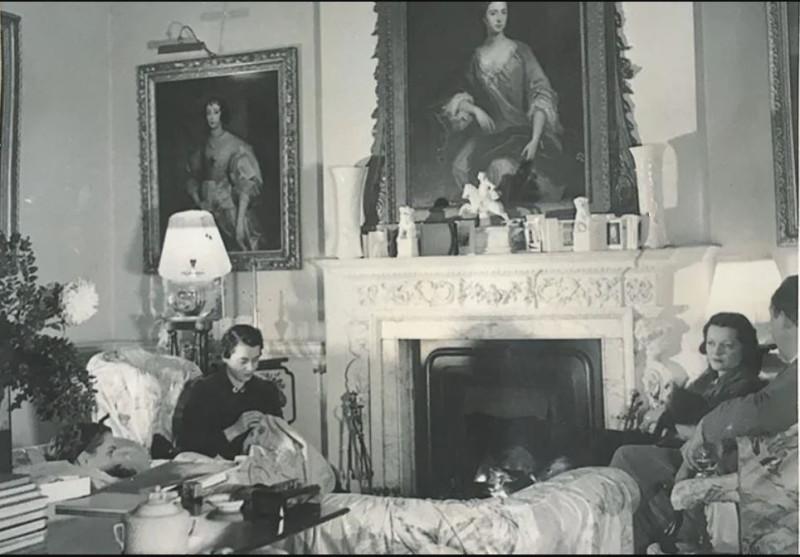 Лоэлия, герцогиня Вестминстер (слева),  Джорджия и Сачкверелл (справа)