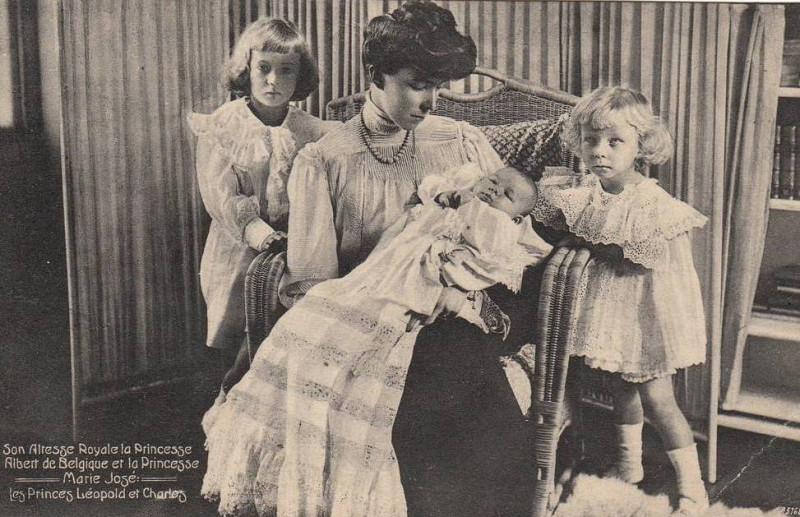 Шарль с матерью Елизаветой Баварской, старшим братом и новорожденной сестрой Марией-Хосе