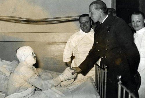 1937 г. Шарль с жертвой катастрофы на шахте в Шарлеруа.