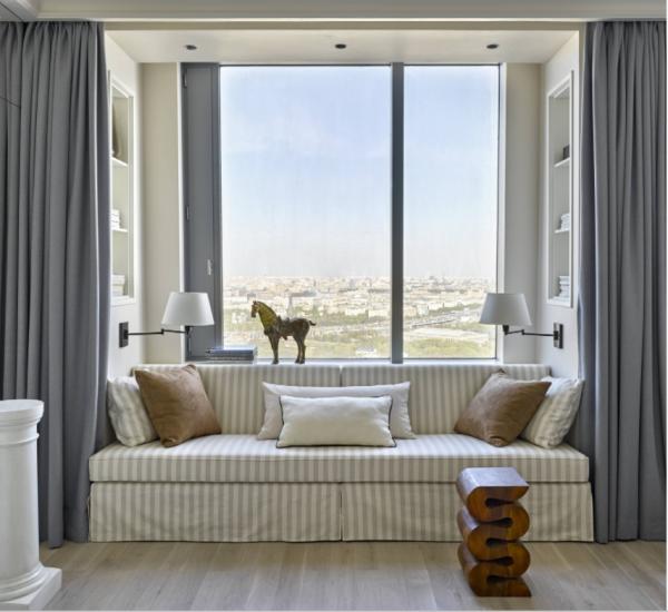 Как правильно: Поставить или развернуть диван в комнате