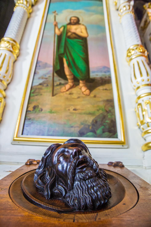 Скульптурный образ главы Иоанна Предтечи - одна из святынь храма на Ваганьково