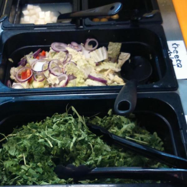 7 зелень,салат из св.овощей,моцарелла и оливки.jpg