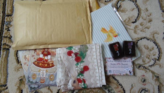 the contents of the package, with free gifts