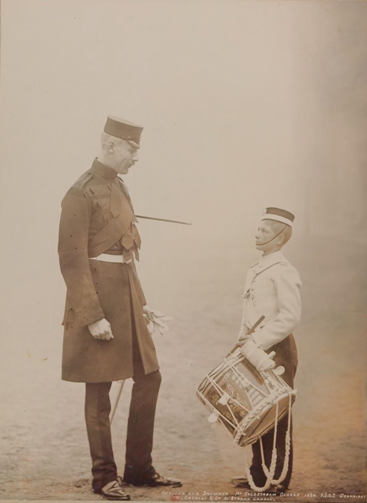 Офицер и барабанщик. Колдстримский пехотный гвардейский полк Её Величества